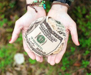 Facem un bine oamenilor oferindu-le bani?