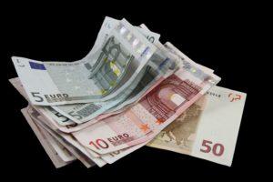 9 idei care să te ajute să alegi valuta în care economisești
