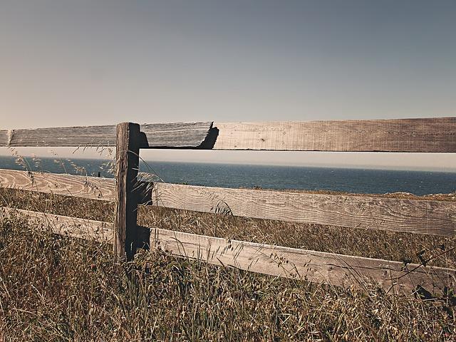 fence-238475_640